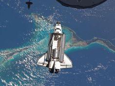 Atlantis on Atlantic Ocean. Their final EVA completed today.バハマ上空を飛ぶアトランティス号の雄姿。
