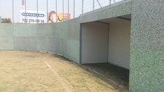 paredes de cancha de futbol rapido fabricado con tablas de plastico Recycled Plastic Furniture, Recycling, Garage Doors, Outdoor Decor, Home Decor, Boards, Upcycling, Walls, Furniture