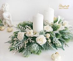 Christmas Arrangements, Christmas Centerpieces, Christmas Decorations, Table Decorations, Natal Diy, Christmas Flowers, Holidays And Events, Corsage, Pillar Candles