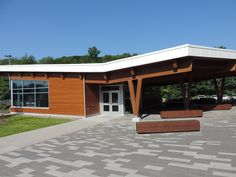 A very successful example of a commercial building with genuine wood as a siding Quebec, Garage Doors, Commercial, Wood, Building, Outdoor Decor, Projects, Home Decor, Log Projects