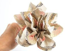 I have made flowers from tissue paper, burlap, cupcake wrappers, and even encyclopedia pages, but I've never tried making flowers from paper napkins until now! It turns out they ca Easy Crafts To Make, How To Make Paper, Tissue Paper Flowers, Diy Wedding Projects, Classroom Inspiration, Custom Packaging, Summer Crafts, Party Planning, Cupcake Wrappers