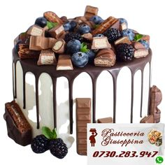 Tort de la Cofetăria Pasticceria Giuseppina Comanda direct pe WhatsApp : 0730283947 #cofetarie #chiajna #voluntari Pretty Cakes, Beautiful Cakes, Amazing Cakes, Food Cakes, Cupcake Cakes, Bolos Naked Cake, Cake Decorating Techniques, Decorating Ideas, Drip Cakes