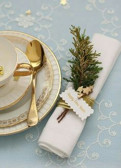 The DIY Christmas Napkin Rings You Have To Make For New Years Day! We all know that Christmas can cost an absolute bomb, so why buy napkin rings when you can make DIY Christmas napkin rings for less t Christmas Table Settings, Christmas Tablescapes, Christmas Table Decorations, Holiday Tables, Diy Christmas Napkins, Christmas Napkin Rings, Noel Christmas, Christmas And New Year, White Christmas
