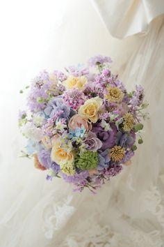 今日、品川にある響さまへお届けしたブーケです。淡い紫の中に、バラをとりまぜて。花嫁様は長年この一会ブログを読んでくださっていたそうで、いよいよ結婚が決まっ...