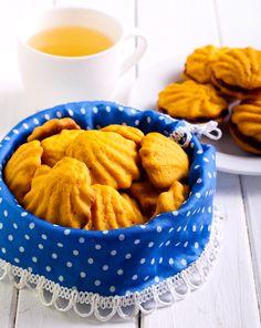 Από τους πιο αγαπημένους συνοδούς για τον καφέ και το τσάι αυτά τα αφράτα μπισκοτάκια γίνονται με Αλεύρι για Όλες τις Χρήσεις ΓΙΩΤΗΣ και Μαρμελάδα Φράουλα Fytro. Greek Sweets, Greek Desserts, Cake Bars, Apple Pie, Biscuits, Sweet Tooth, Deserts, Food Porn, Cooking Recipes