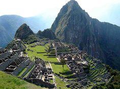 Machu Picchu, Peru O Peru é visitado anualmente por turistas do mundo inteiro em busca da cidadela de Machu Picchu. A viagem, que passa obrigatoriamente pela antiga cidade imperial de Cusco, a mais de 3 300 metros de altura, leva os turistas até o meio dos Andes peruanos, onde está encravada a cidadela, onde um dos mais impressionantes vestígios arqueológicos da humanidade encontra-se rodeado por uma paisagem e uma natureza tão grandiosa quanto a própria construção. Foto: stock.xchng