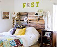Изголовье кровати из деревянных паллет