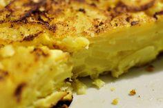 """Un altro dei piatti tipici della cucina spagnola è la tortilla de patatas (si legge tortiglia) ovvero una frittata alle patate, quindi una ricetta tuttavia molto semplice ma molto gustosa, tanto che oltre come piatto principale la tortilla viene usata come condimento per panini o a pezzetti per realizzare tapas. Anche per questa ricetta ci … Leggi tutto """"Prepariamo una classica tortilla di patate"""""""