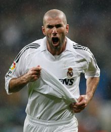Zidane at Real Madrid Zinedine Zidane Real Madrid, Football Drills, European Soccer, Fc Chelsea, World Football, College Football, Sports Pictures, Soccer Players, Soccer Teams