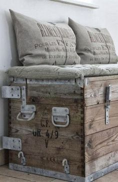 33 Modern Interior Decorating Ideas Bringing Vintage Style with Chests and Trunks is part of Primitive home decorating - Modern interior decorating with trunks and chests creates beautiful rooms with a touch of vintage style Shabby Chic Homes, Shabby Chic Decor, Rustic Decor, Shabby Chic Trunk, Rustic Chair, Western Decor, Old Trunks, Vintage Trunks, Vintage Chest