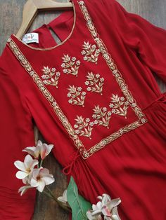 Source by fashion art Embroidery On Kurtis, Hand Embroidery Dress, Kurti Embroidery Design, Embroidery Fashion, Embroidery Motifs, Modern Embroidery, Machine Embroidery, Neck Designs For Suits, Sleeves Designs For Dresses