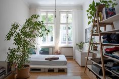 Tolles Schlafzimmer mit DIY-Palettenbett und Leiterregal. #Schlafzimmer #WG #Zimmer #Einrichtung #DIY #Bett #Palettenbett #Paletten #Regal #Leiterregal #Kleidung #Aufbewahrung #Organisation #room #bedroom #interior #bed #shelves