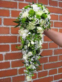 Brudebuket 1 Cascade Bouquet, Bouquets, Floral Wreath, Wreaths, Bridal, Ideas Para, Green, Weddings, Vestidos