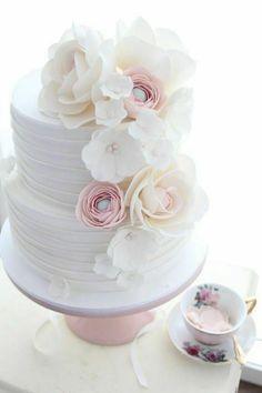 Lyserosa og hvit blomstrete bryllupskake i to etasjer