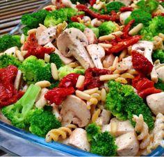Salada de macarrão  Macarrão integral, brócolis, tomates secos, champignon, queijo ralado e palmito!