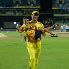 Mahi with Thahir's son Ms Dhoni Photos, Ms Dhoni Wallpapers, Chennai Super Kings, Smocking Patterns, Cute Funny Quotes, Cricket Sport, Mahi Mahi, Sports Pictures, Best Player