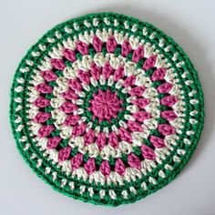 crochet kaleido hot pad / motif ~ The hot pad is made with 2 layers to create an extra thick material to place hot bowls and plates on. The top layer is a fun decorative pattern, while the back layer is solid and simple.