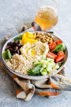 Mediterranean Buddha Bowl 2019 This easy Mediterranean Buddha Bowl is full of colorful veggies nutritious quinoa and roasted chickpeas. Top with hummus for an epic power lunch! The post Mediterranean Buddha Bowl 2019 appeared first on Lunch Diy. Clean Eating, Healthy Eating, Dinner Healthy, Plats Healthy, Dinner Bowls, Mediterranean Diet Recipes, Mediterranean Bowls, Mediterranean Diet Breakfast, Breakfast Bowls