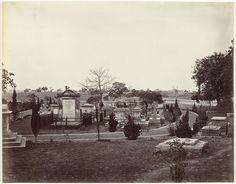 Samuel Bourne | Gezicht op een begraafplaats in India, Samuel Bourne, 1862 - 1874 |