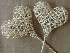 Ikea-Hacks: So machst du deine Möbel zu Einzelstücken! Newspaper Basket, Newspaper Crafts, Ikea Hacks, Willow Weaving, Magazine Crafts, Paper Weaving, Brown Art, Heart Decorations, Paper Jewelry