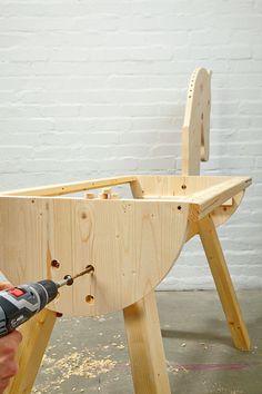 Der zweite Tag und letzte Tag des Projekt Holzpferd beginnt mit dem Kopf. Hauptaugenmerk beim Pferdekopf ist die maßstabsgerechte Übertragung unserer Vorlage auf die Leimholzplatte. Das Ausschneiden selbst ist dann ein Kinderspiel: