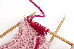 KK:n villasukkakoulun oppitunti: näin kantapää onnistuu taatusti! Crochet Socks, Clothes Hanger, Knitting, Diy, Crocheting, Slippers, Coat Hanger, Crochet, Tricot