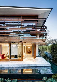 Facade modern, mirror water, marble floor and wood shutters. Wooden door and large windows at the hall. Contemporary House in Canada by Arno Matis Architecture Design Exterior, Facade Design, Interior And Exterior, House Design, Design Design, Design Ideas, White Concrete, Concrete Facade, Floating House