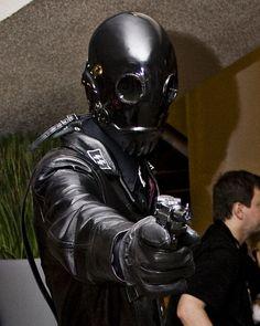 One of the baddies from Hellboy. Gas Mask Art, Masks Art, Hellboy Kroenen, D20 Modern, Fallout Fan Art, Masked Man, Plague Doctor, Retro Futuristic, Sound Waves