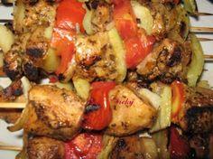 Frigarui de pui marinate Romanian Food, Backyard Bbq, Healthy Tips, Carne, Chicken, Cooking, Recipes, Kitchen, Recipies