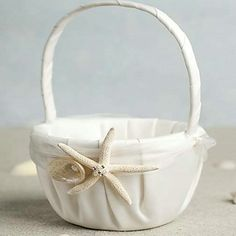 Such a lovely and original basket for the flower girl! Perfect for a beach themed wedding! Like it? Click for more details!