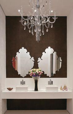 A dupla de designers de interiores Adriana Fiali e Rose Corsini, de São Paulo, faz uma interessante releitura do estilo clássico neste banheiro feminino.