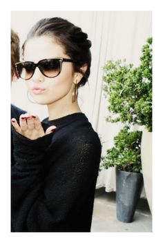 Selena Gomez Elegant Eyes: Shades for Sunny Summer Days