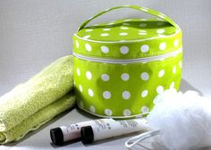 Ce tuto photo illustre pas à pas la confection de la box de couture GreenCherry, de février/mars 2015, intitulée : Trousse de toilette ronde !