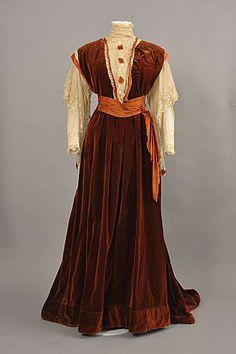 Dark brown-red cotton velveteen dress with machine-made cream lace, c. 1900-1910.