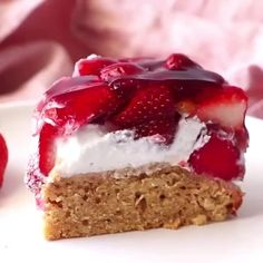This Vegan Strawberry Cake by looks incredible! You can make it gluten-free by using gluten-free flour and it's refined sugar… Strawberry Jelly, Strawberry Smoothie, Strawberry Recipes, Healthy Vegan Desserts, Vegan Recipes, Healthy Food, Vegan Jelly, Jelly Cream, Vegetarian Food