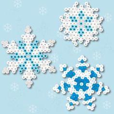 Hiver : boules de neiges et manteau blanc en perles à repasser flocons