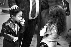 Un niño gitano de 5 años, en Perpignan, Francia, el día de fin de año. En esta comunidad es normal que los niños fumen