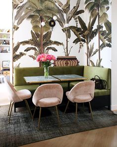 10 exemples de salles à manger avec banquettes A bench in the dining room: a cozy corner with an L-shaped bench, velvet chairs and a rug Decor, Dining Nook, Home Decor Inspiration, Dining Room Design, Home Decor, House Interior, Home Deco, Dining Room Decor, Interior Design