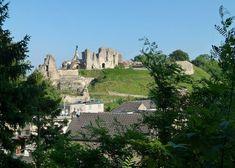 In het uiterste zuiden van Nederland bevindt zich in een heuvellandschap het historische stadje Valkenburg Hier bevindt zich op een heuvel een kasteelruïne Ook zijn er mergelgrotten Romeinse catacomben, het oudste openluchttheater van Nederland en andere kastelen gevestigd Kleon3/wikicommons