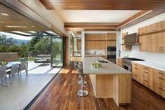 un coin cuisine en bois avec un îlot