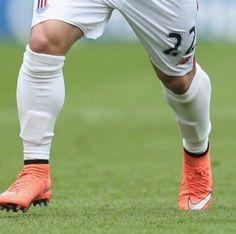 Małe kawałki plastiku ledwo zakrywające cokolwiek • W takich gra ochraniaczach na piszczele Xherdan Shaqiri • Wejdź i zobacz foto >> #football #soccer #sports #pilkanozna