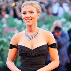 Scarlett Johansson turned up the heat when she flaunted her assets in a deep neck dress at the Venice Film Festival. Got Married, Getting Married, Celebs, Celebrities, Plunging Neckline, Scarlett Johansson, Hollywood Actresses, American Actress, Film Festival