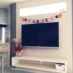 女性で、の壁掛けテレビ/エコカラット/ハロウィン/シンプルモダン/ホワイト/北欧…などについてのインテリア実例を紹介。「ハッピーハロウィン♡壁掛けテレビの背面にはエコカラットをはりました。テレビボードは造作です。」(この写真は 2014-10-31 08:20:53 に共有されました)