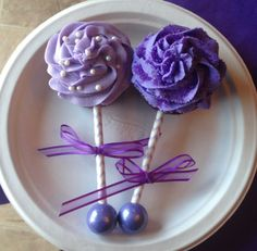 Baby Rattle Cupcakes Lavendar Cream Cheese Frosting, Purple Buttercream frosting, striped straw/sticks, Bubble Gumball on the end Baby Rattle Cupcakes, Baby Shower Cupcakes For Girls, Baby Shower Cake Pops, Baby Shower Desserts, Baby Girl Shower Themes, Girl Cupcakes, Baby Shower Cookies, Shower Cakes, Baby Shower Decorations