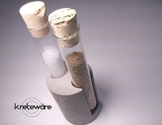 He encontrado este interesante anuncio de Etsy en https://www.etsy.com/es/listing/178391029/concrete-salt-and-pepper-test-tube