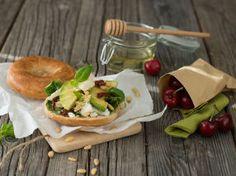 Bagel med chevre og avocado