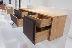 Unser Junggeselle Floyd Küper hat als Gesellenstück ein Sideboard aus europäischem Eichenholz, Messing und Möbellinoleum entworfen und gefertigt. Gestalterisch zeichnet sich das Möbel durch die Kom…