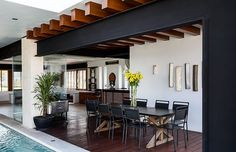 El comedor que está cerca de la piscina se encuentra enmarcado de acero y madera para crear un claro contraste en el espacio. | Galería de fotos 9 de 11 | AD MX