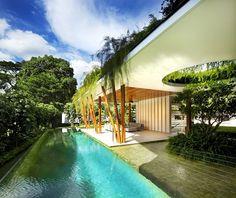 Uma casa que integra os ambientes e os jardins.