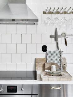 На кухне в скандинавском стиле красиво выглядят бытовые предметы подвешенные в открытом доступе